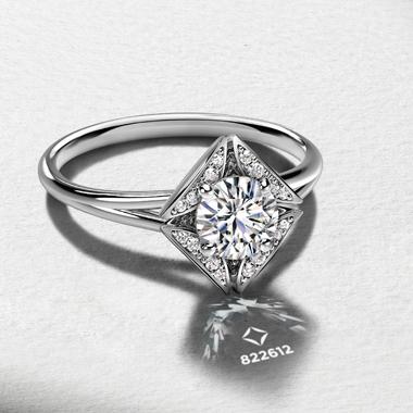ゴージャス 婚約指輪のソリティアパヴェリング