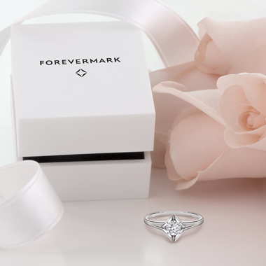 ゴージャス 婚約指輪のソリティアプレーンリング