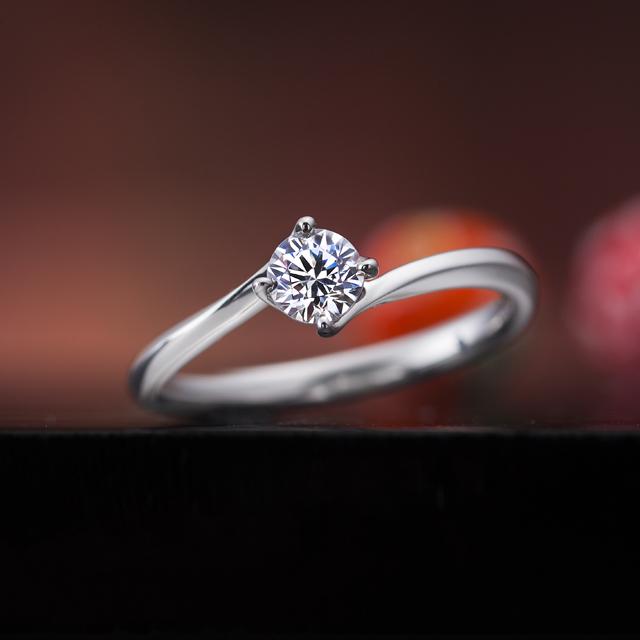 シンプル 婚約指輪の綾なす心