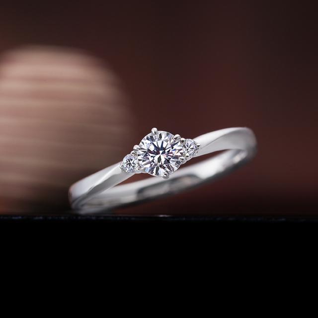 シンプル 婚約指輪の木漏れ日の散歩道