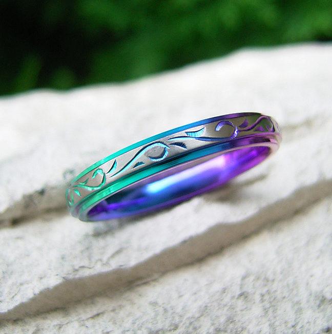 個性的 結婚指輪の唐 草